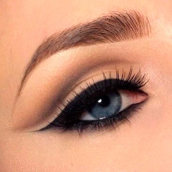 Imagen de ojo de mujer con delineado completo