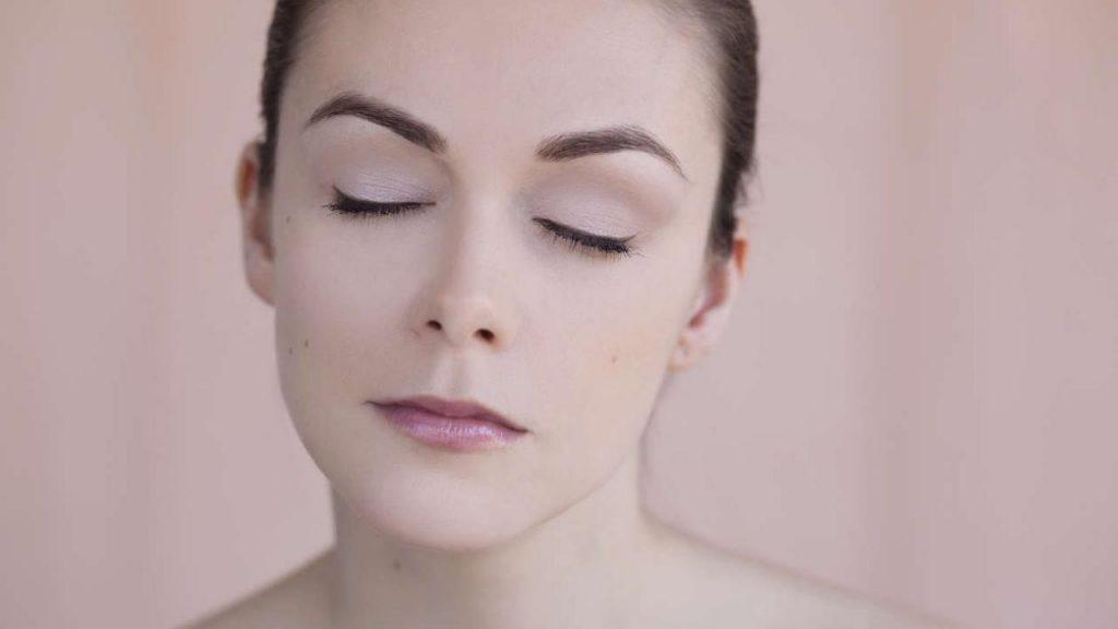 Rostro de mujer con maquillaje de cejas en ángulo agudo