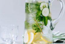 Agua con pepino, limón y perejil