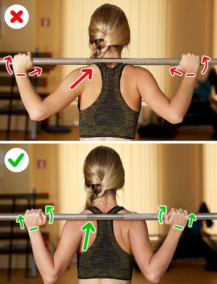 Mujer haciendo ejercicios de barras