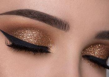Ojos de mujer con maquillaje de sombra Shimmer.