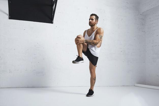 Chico haciendo ejercicios de levantamiento de piernas