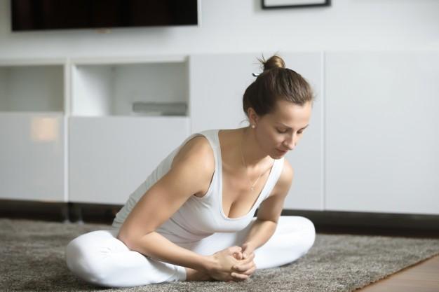 postura de yoga,la mariposa para relajar el cuerpo y mente antes de dormir