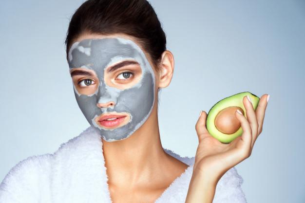 Para el rejuvenecimiento facial natural el aguacate es muy bueno y le aporta suavidad y elasticidad a la piel.