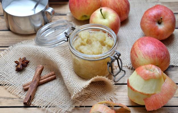 pote de compota de manzana