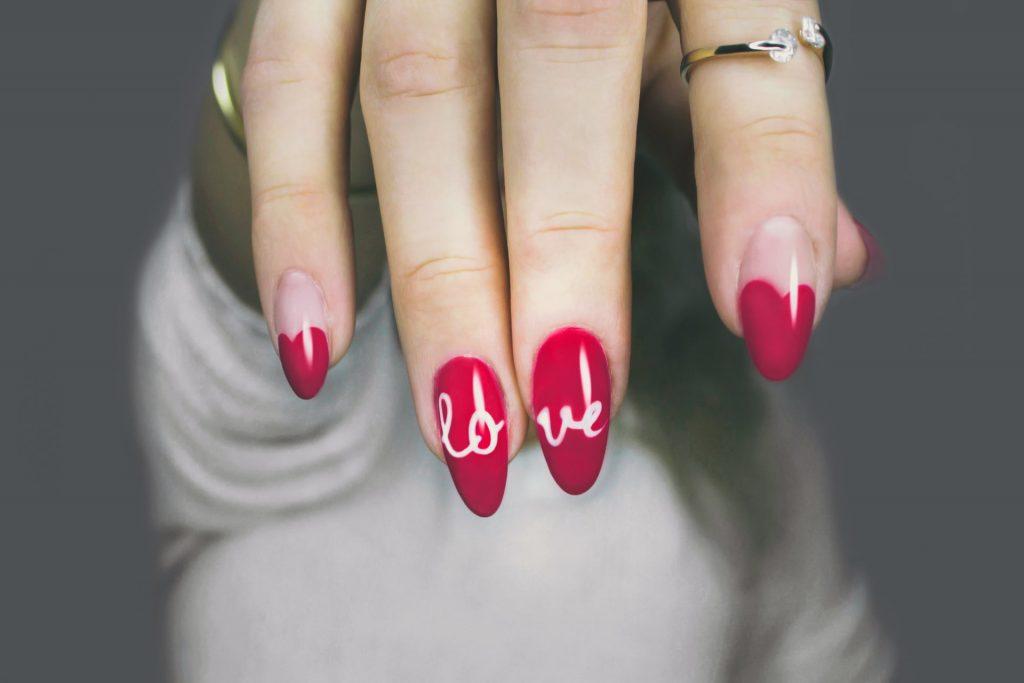 Un tratamiento de crecimiento de las uñas debes tener un factor endurecedor, uno humectante y uno nutritivo