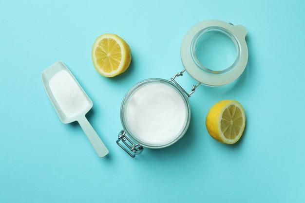 limón y sal en diferentes recipientes