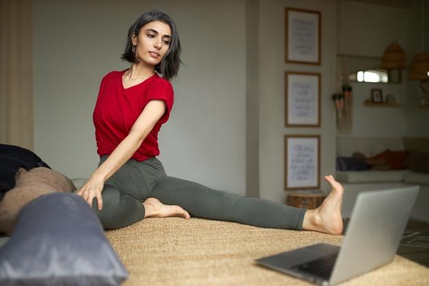 chica que realiza postura de yoga antes de dormir