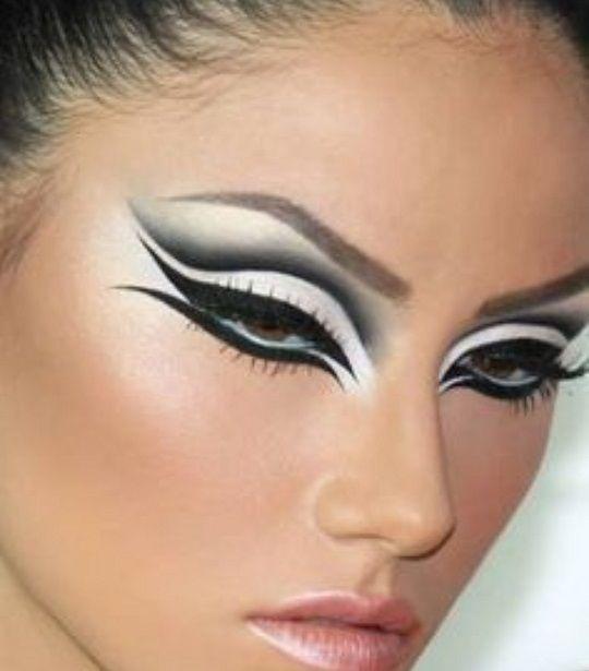 rostro de mujer con ojos maquillados en delineado doble