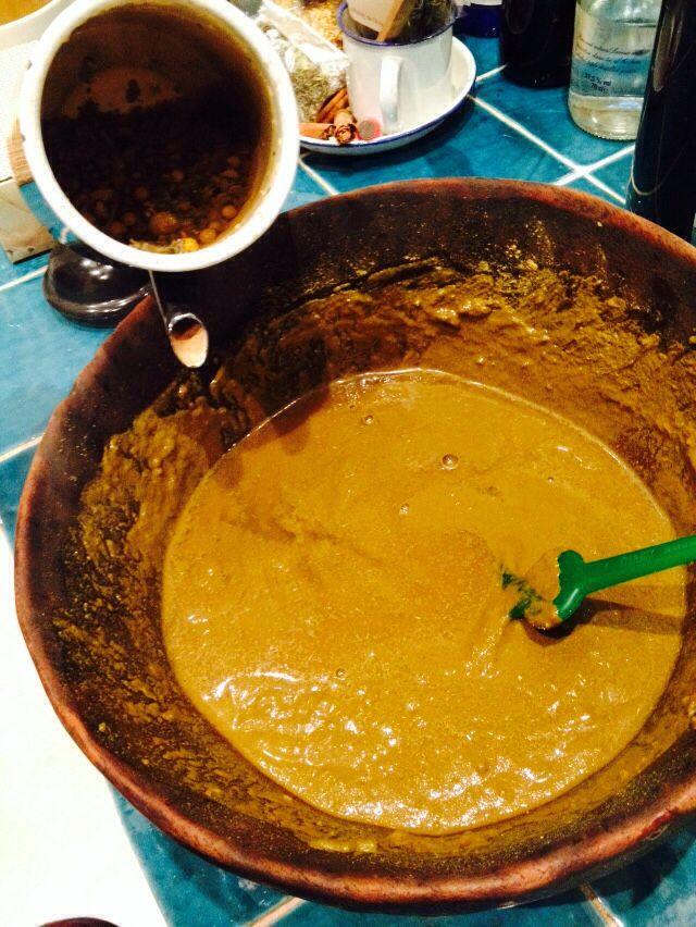 Tazón con tinte natural hecho a base de manzanilla.