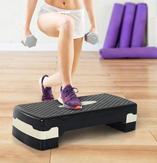 Imagen de medio cuerpo de una mujer realizando ejercicios de subida a la plataforma.