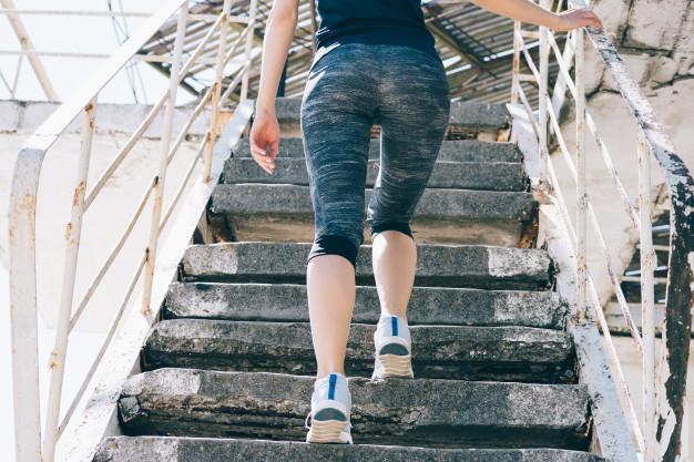 mujer subiendo escaleras para tener glúteos perfectos
