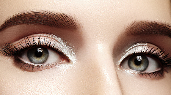 Ojos de mujer con maquillaje natural con un toque iluminador