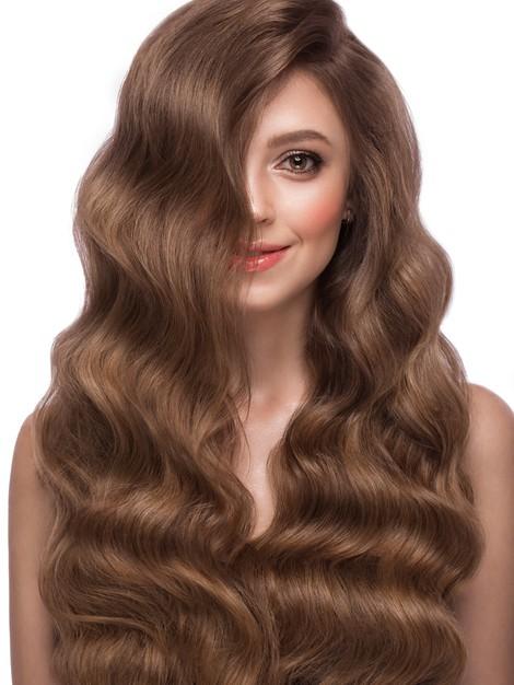 chica con cabello largo y sedoso