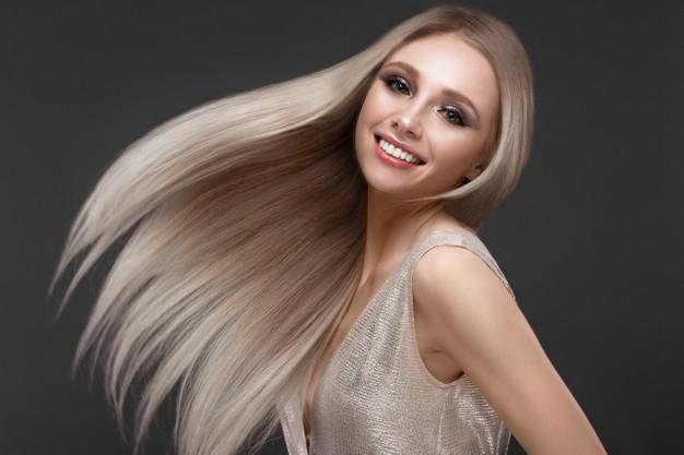 chica con el cabello largo gracias a la loción natural