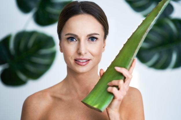 mujer con piel cuidad por le uso de aloe vera