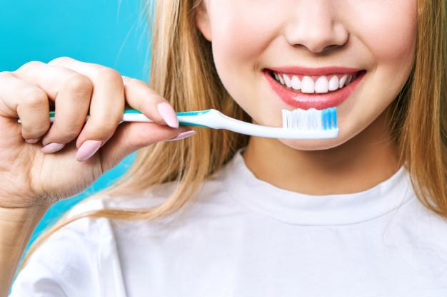 chica que cepilla sus dientes