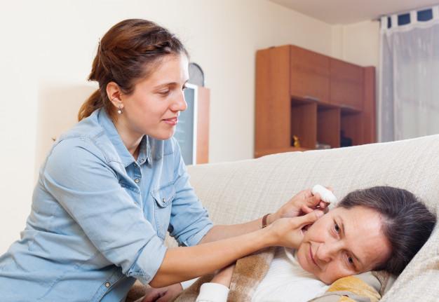 mujer con dolor de oídos