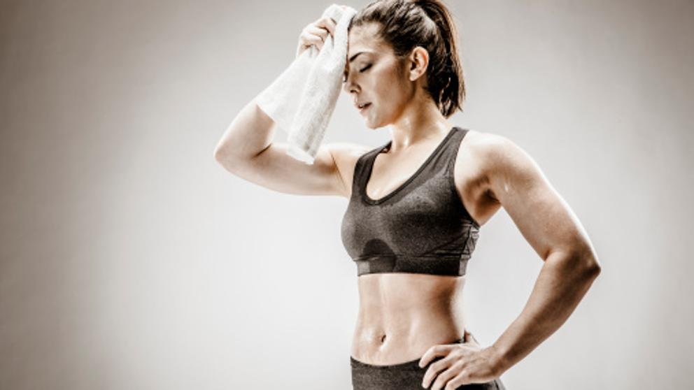 imagen de mujer secándose el sudor