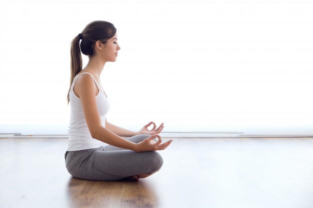 el ejercicio de relajación de de yoga con la regla ayuda a eliminar los dolores pélvicos