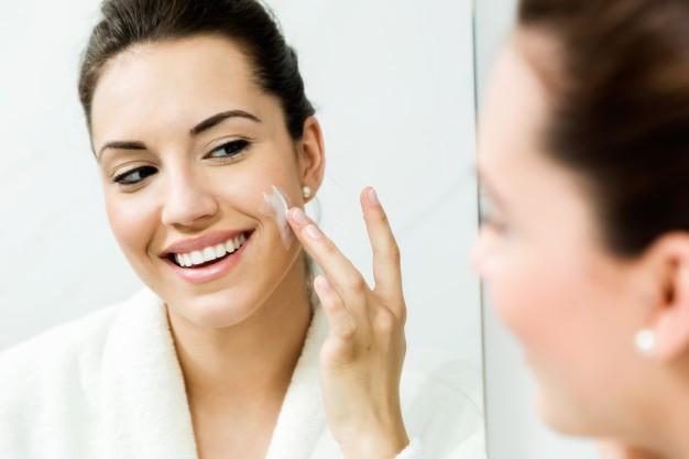 mujer aplicando remedio para eliminar problemas en la piel