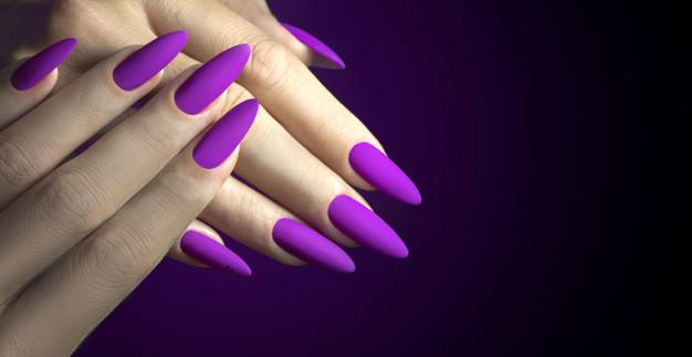 las chicas gustan de lucir uñas largas