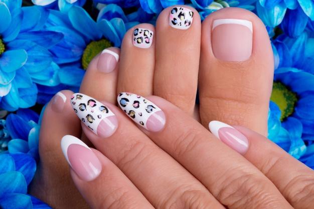 mujer con uñas hermosas y pintadas