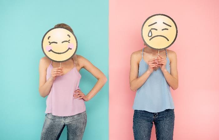 mujer con cara feliz y triste