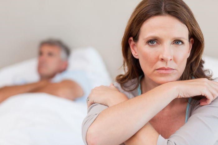 mujer incómoda con su pareja- síntomas de menopausia