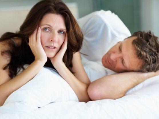 mujer al lado de su pareja- sintomas de menopausia