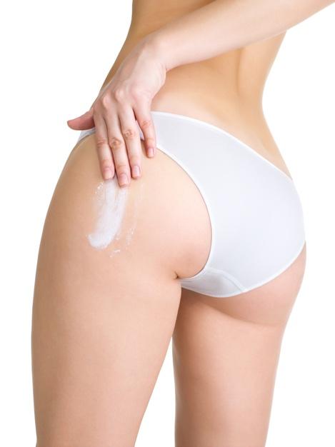 chica que aplica crema para cuidar la piel