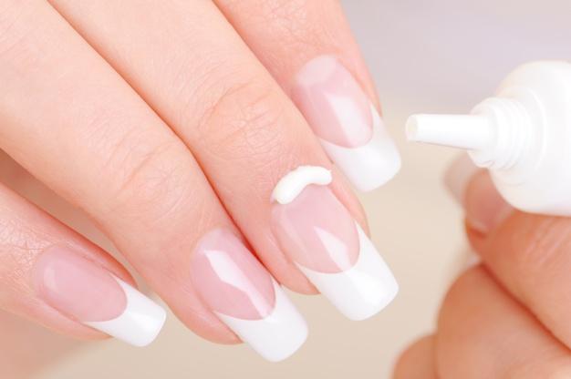 Para hacer crecer las uñas debes fortalecerlas con vitaminas