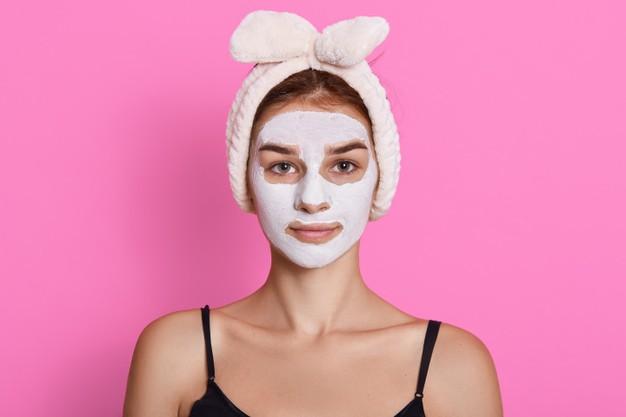 mujer con mascarilla humectante en el rostro