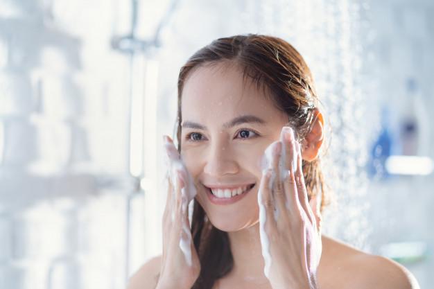 mujer que se lava el rostro con frecuencia porque tiene problemas en la piel