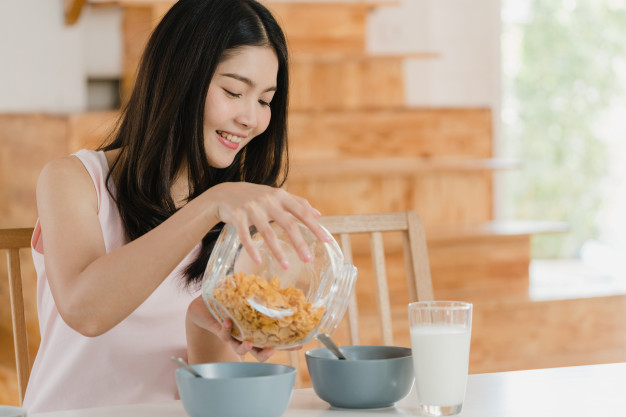 Desayuno con jugo de avena chupa grasa