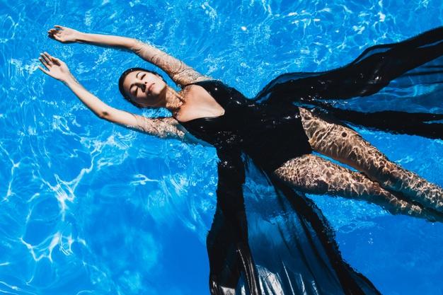 La natación evita los dolores y molestias de la regla