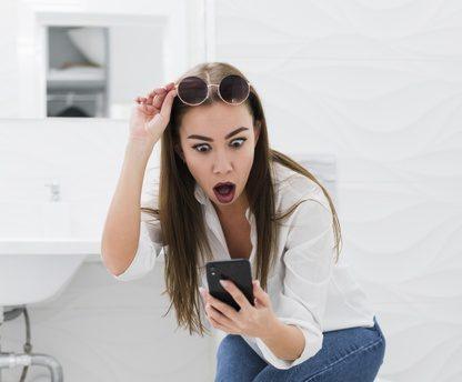 Los teléfonos celulares no puedes usarlos en el baño pues se contamina de material fecal e infecciones.