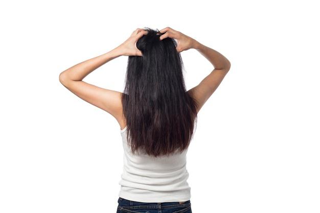 los cabellos con grasa lucen feo
