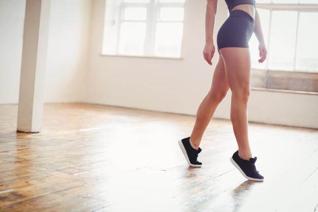 Para este tipo de ejercicios para piernas en casa, debes mantener la mayor cantidad de tiempo posible esta posición