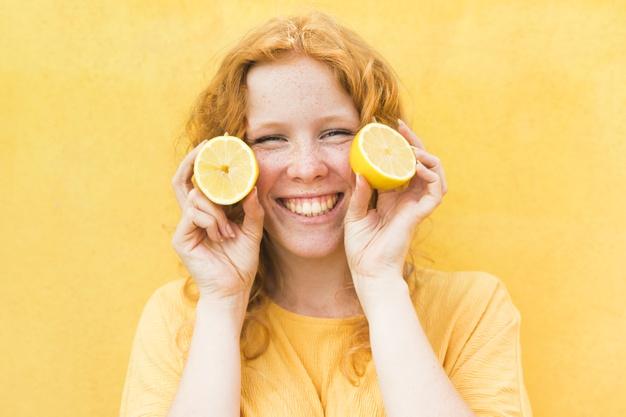 chica con limón