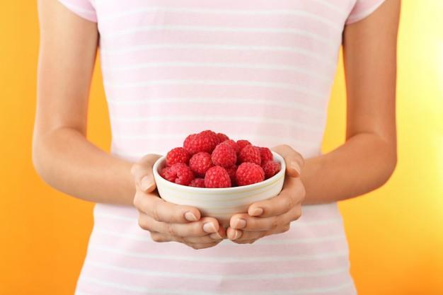 chica prefiere comer frutos rojos para eliminar las varices