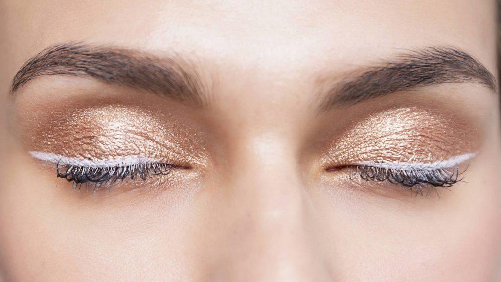 Imagen de ojos de mujer con maquillaje de sombra única en color intenso.