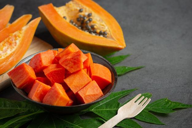 plato de papaya con hojas de papaya
