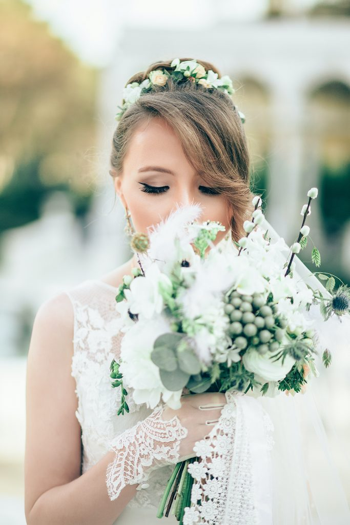 Peinado recogido con cintillo de flores