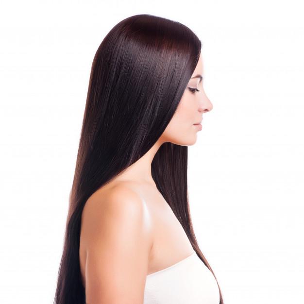 chica con cabello largo por aplicar shampoo bomba