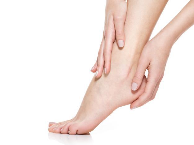 los pies agrietados conducen a infecciones en los pies