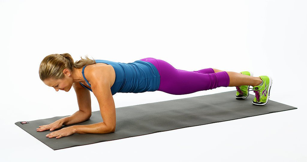 imagen de mujer realizando ejercicios de planchas.