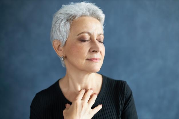 mujer adulta con arrugas en el cuello