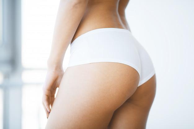 El sudor en que se acumula hace que se altere el manto ácido protector de la piel y aparezcan manchas negras