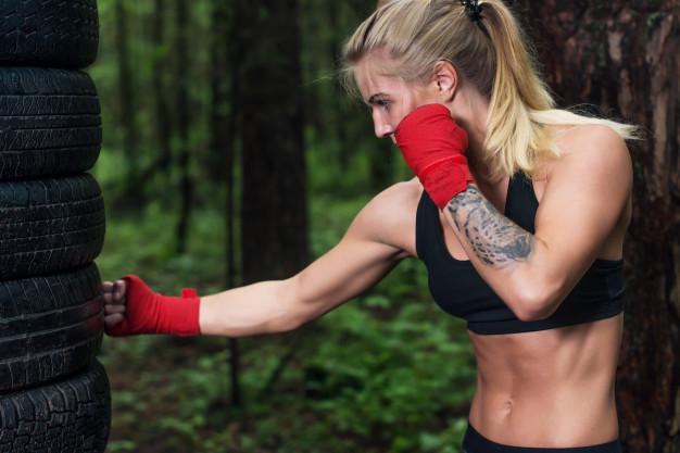 chica atlética que practica deportes para tonificar sus brazos